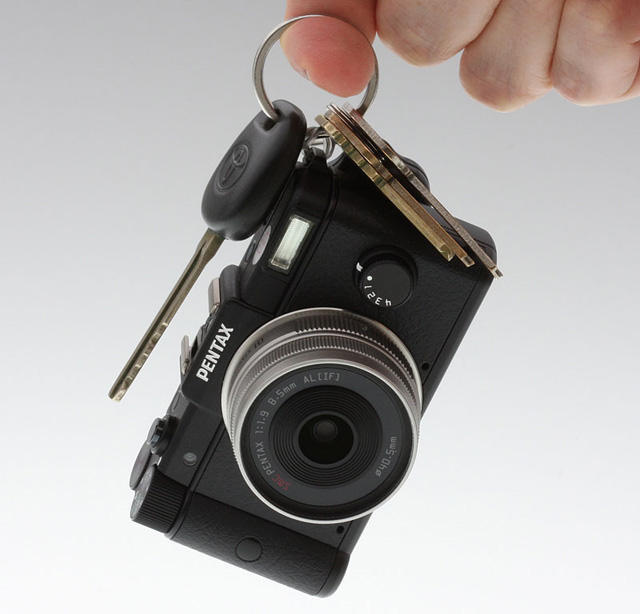 Pentax Q : take it as a key-holder !