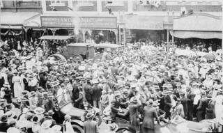 Armistice Day, Gray Street, Glen Innes, 11 November 1918 / by an unknown photographer