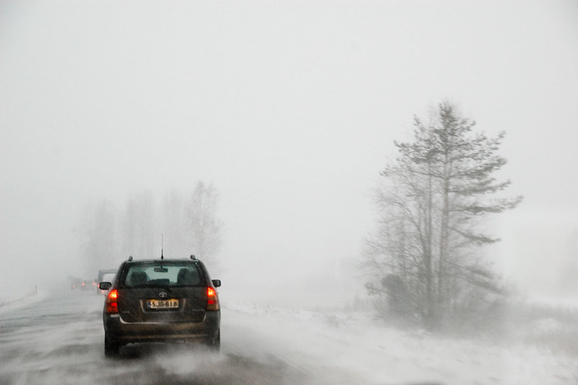 Una tormenta de nieve en una carretera finlandesa