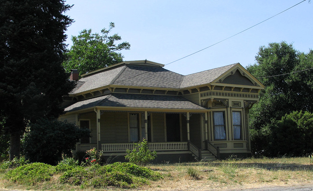 Old healdsburg house this lovely old house is on grove for Columbia flooring melbourne ar