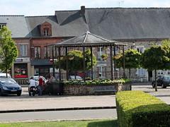 place à côté de l'église fortifiée de Signy le Petit-kiosque à musique-