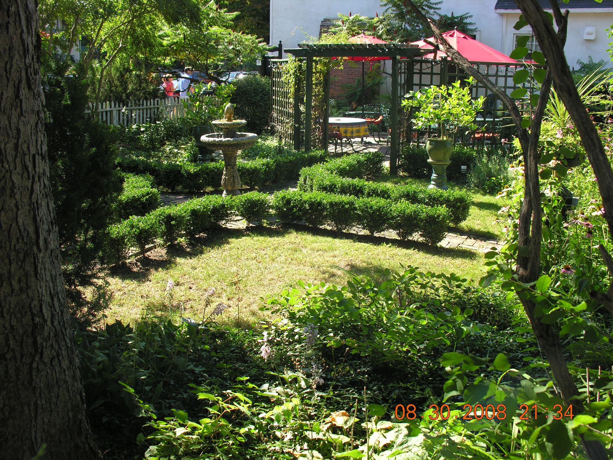 un jardin d 39 une maison dans la ville de niagara flickr photo sharing. Black Bedroom Furniture Sets. Home Design Ideas