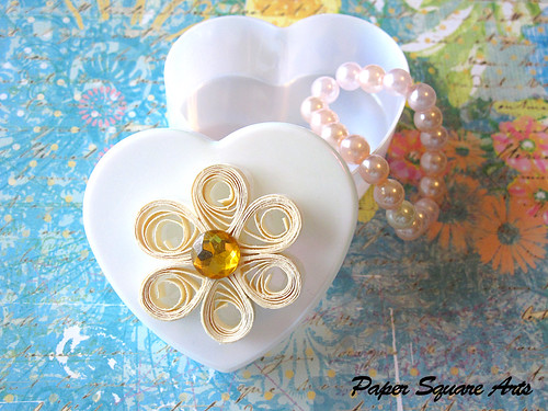 Paper Gift 1 Photos | Quilled white flower in heart box | 938