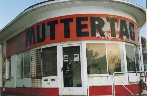 Kunstprojekt Muttertag in einer alten Tankstelle im Ostend 1992 --- muttertag03