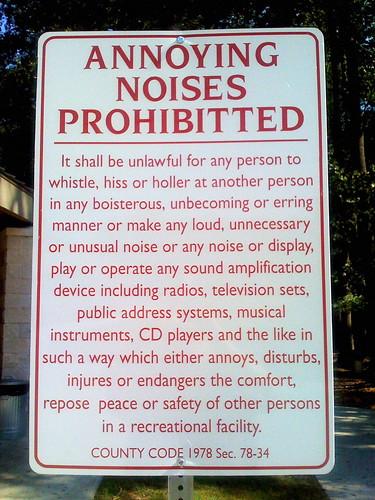在國外,重視寧靜的地區,會看到這樣的告示牌,禁止許多形式的噪音。圖片來源:Patrick Fitzgerald on flickr,符合CC授權使用。
