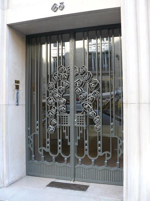 Paris boulevard raspail porte d 39 immeuble en fer forg flickr photo sharing for Photo porte en fer forge