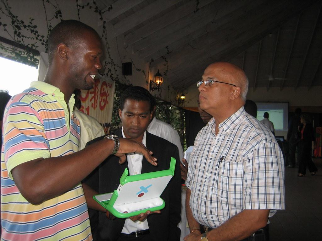 Leotis explains the OLPC XO laptop