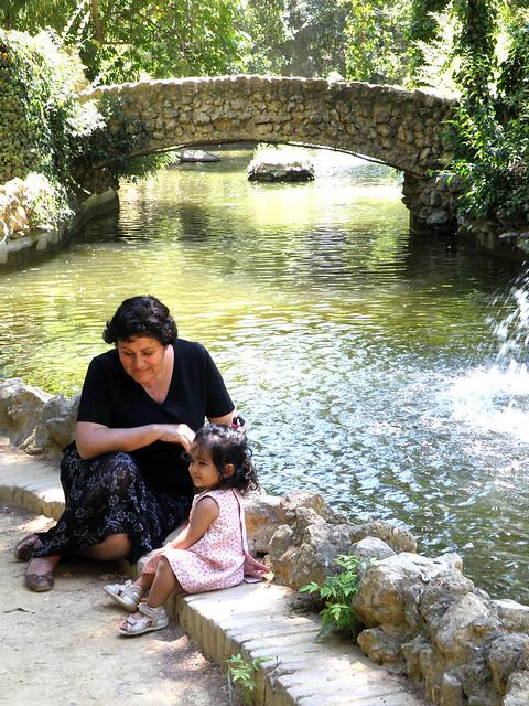 Abuela y nieta, Laura y Simone, en el Parque.. El de Maria Luisa en Sevilla