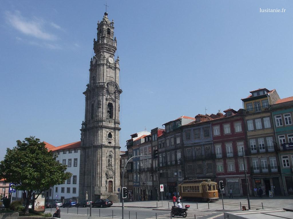 La Torre dos Clérigos, Tour des Clercs en français. Ce clocher est l'édifice le plus haut de la ville. En bas, vous pouvez voir un tramway, qui a le meme aspect qu'au début du XXeme siècle.