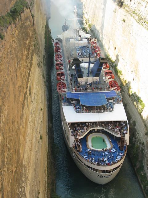 Barco rozando las paredes del Canal de Corinto