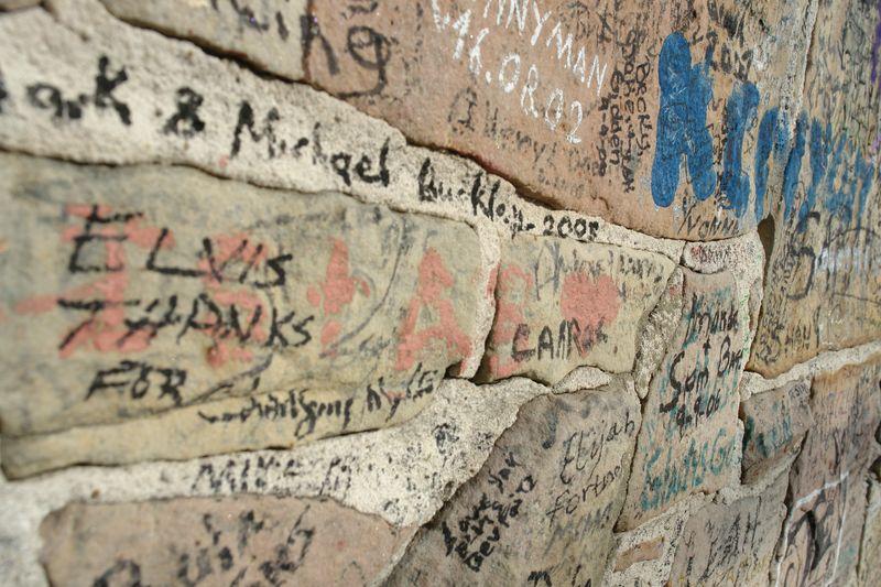 Muro del rancho firmado por millones de fans elvis presley - 2528675636 1b8916c92f o - Elvis Presley, 35 años después sigue siendo el Rey