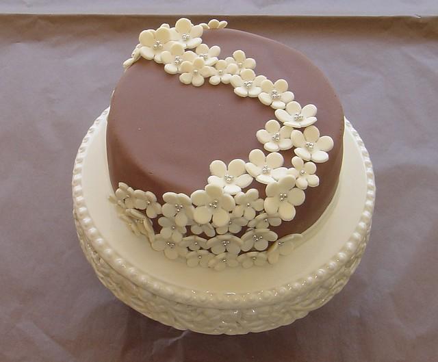 Как оформить шоколадный торт.