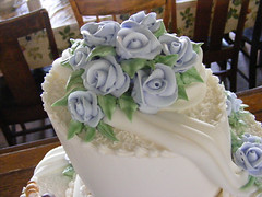 wedding ceremony supply(0.0), icing(0.0), flower bouquet(0.0), floristry(0.0), torte(0.0), flower arranging(1.0), cake(1.0), flower(1.0), buttercream(1.0), floral design(1.0), lavender(1.0), sugar paste(1.0), food(1.0), cake decorating(1.0), wedding cake(1.0),