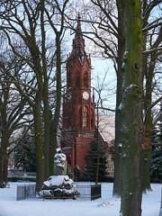 Gefallenendenkmal und Kirche im Schnee