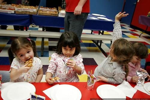 kids having pizza at noa's birthday party    MG 3207