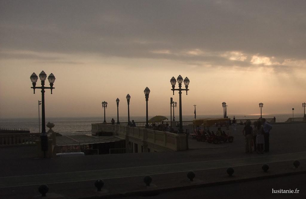 Le long de la promenade au bord de l'Atlantique, d'élégants lampadaires ont été installés.
