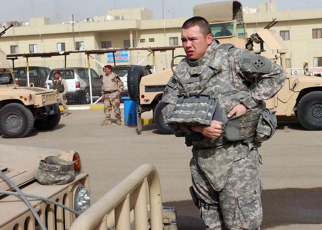 Στρατιώτης των ΗΠΑ ρυθμίζει το αλεξίσφαιρο του πριν τη περίπολο του στη Βαγδάτη (Φωτογραφία: US Army)