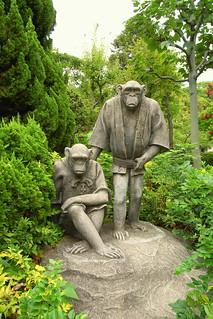 תמונה של Chimpanzees. statue stone zoo monkey brothers chimpanzee 天王寺動物園