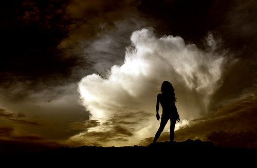 Mujer envuelta en nube
