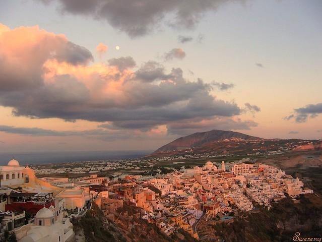 La Luna y Santorini (Thira)