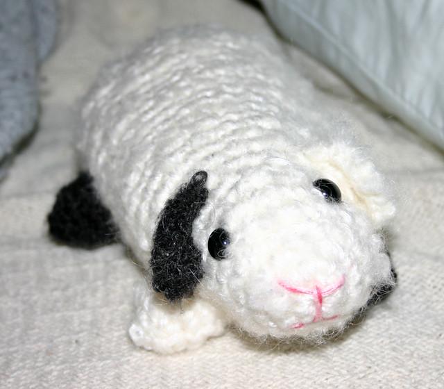 Baby Guinea Pigs crochet pattern | PlanetJune by June Gilbank: Blog | 560x640