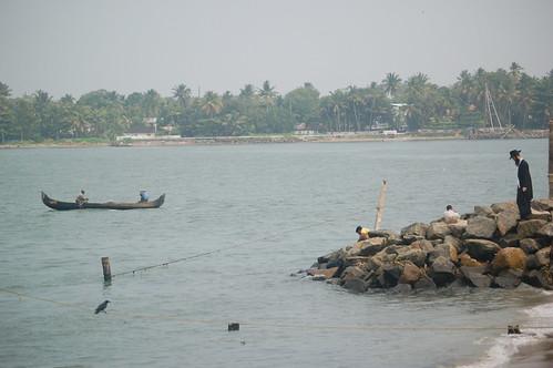 Ein Jude mit Hut, Locken und voller Montur geht zum Strand von Cochin um hier zu baden.