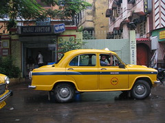 taxi(1.0), automobile(1.0), family car(1.0), vehicle(1.0), hindustan ambassador(1.0), compact car(1.0), antique car(1.0), sedan(1.0), classic car(1.0), vintage car(1.0), land vehicle(1.0), classic(1.0),