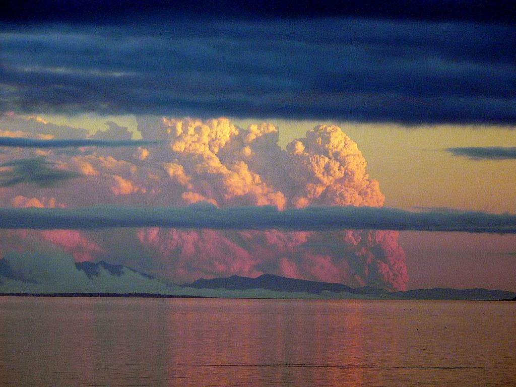 Erupción del Volcán Chaitén al atardecer, un penacho de 25 km de altura.