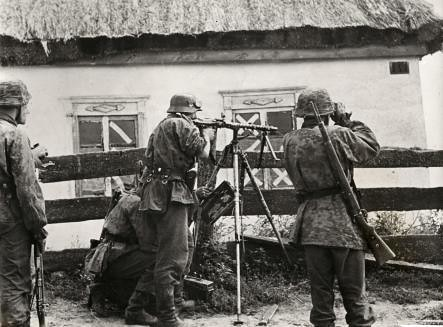 Duitse soldaten bij boerderij