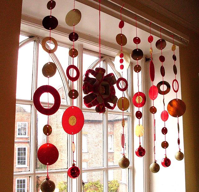 К украшению окон в доме относятся особенно трепетно.  Внешний вид новогодних окон создает настроение не только внутри...