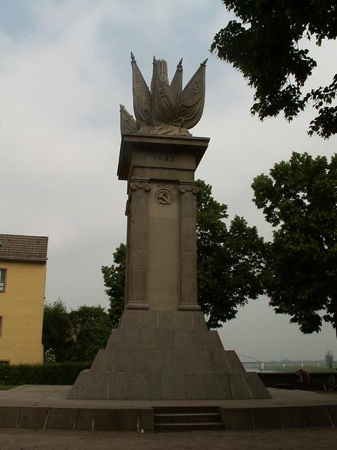 Sinnt er Krieg im Frieden - Kriegerdenkmal  Torgau 163
