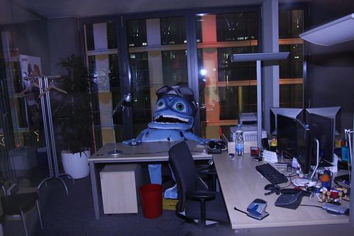 OMG... er sitzt in der Gehaltsabteilung! ... He occupies payrolls office!