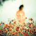 Jeune femme pendu à un arbre par une grosse corde jaune by Benoit.P