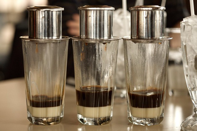 Còn ở Sài Gòn, là việc nhâm nhi cà phê sữa đá hay cà phê phin, trò chuyện và ngắm nhìn đường phố buổi sáng sẽ thật sự rất hứng khởi