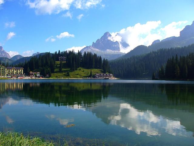 Lago Misurina, cerca de las Tres Cimas de Lavaredo, Las Dolomitas, Los Alpes Orientales de Italia