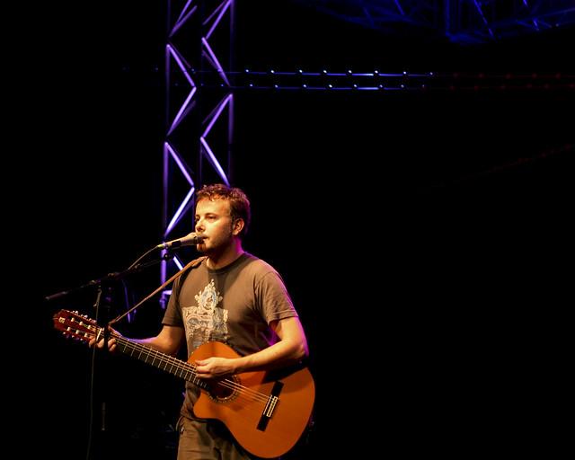 Mick est tout seul sur la scène