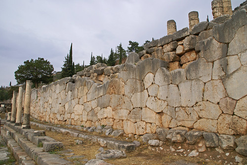 Greece - Central - Delphi Ruins (8) polygonal wall supporting Temple of Apollo.JPG