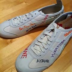 cross training shoe(0.0), athletic shoe(0.0), tennis shoe(1.0), outdoor shoe(1.0), sneakers(1.0), footwear(1.0), shoe(1.0),
