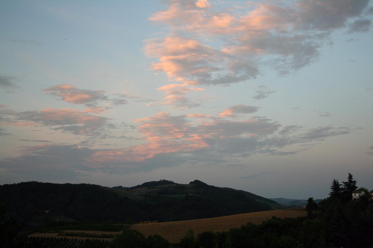 Montesegale, tramonto in collina