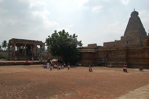 Eine Gruppe von Schülerinnen geht auf dem Platz zum Nandi vor dem Big Temple