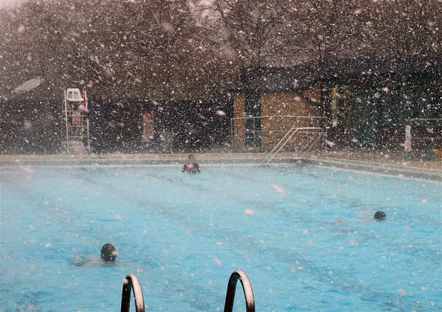 Hathersage pool swimming in the snow flickr photo - Hathersage open air swimming pool ...