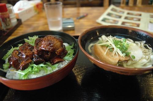 ソーキ丼と沖縄そば。