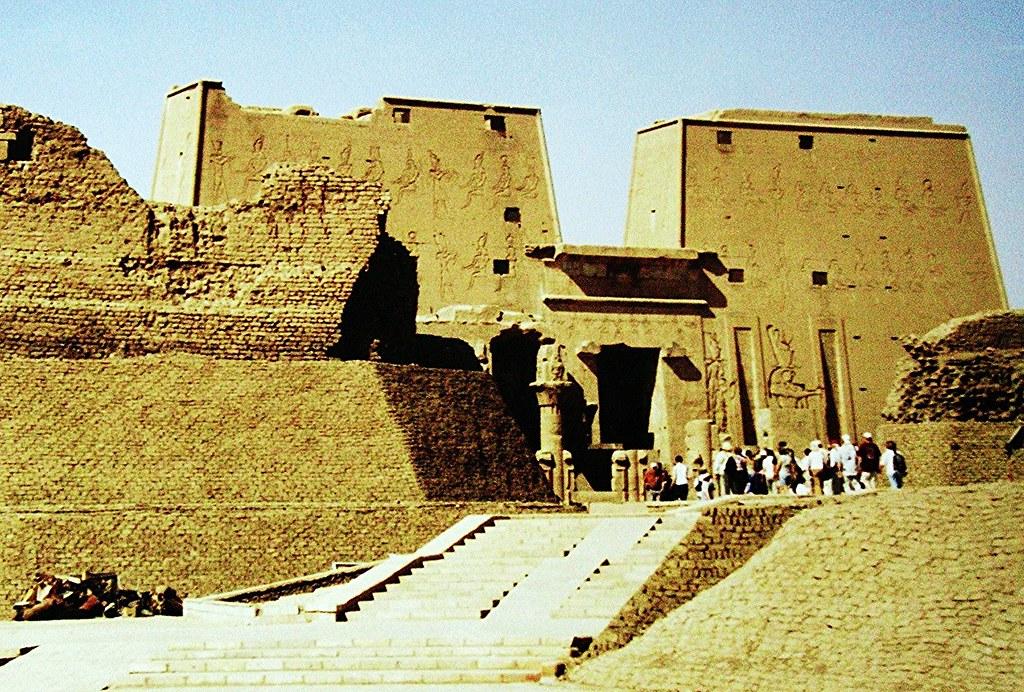 ÄGYPTEN, Der mächtige Eingangspylon vom Tempel in Edfu... , 79
