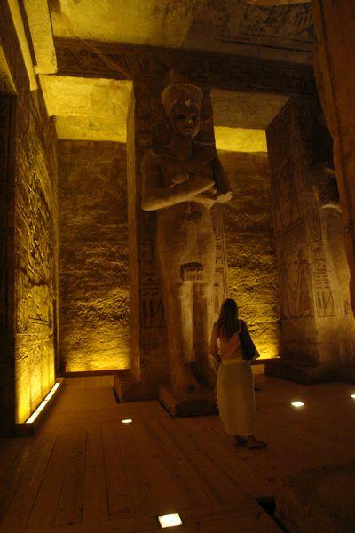 Sala interior con ocho estatuas de Ramsés elevado a la categoría de dios, tomando la forma de Osiris. Estas estatuas están adosadas a las columnas. Abu Simbel, el templo de las dos vidas - 2474567204 7eaf76ef96 o - Abu Simbel, el templo de las dos vidas