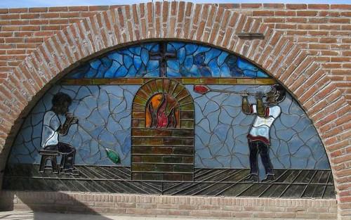 Vidriera con artesanos soplando vidrio