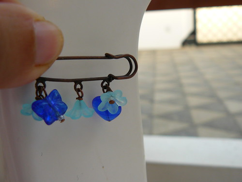 Safety pin brooch with blue theme