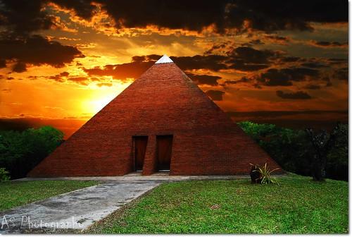 light sunset sky orange sun sunlight lines architecture clouds photography nikon pyramid pôrdosol withfriends blueribbonwinner sb28 abigfave andersonsutherland nikonforever skytheme d40x goldstaraward worldtrekker 1855wow theworldofpixeland
