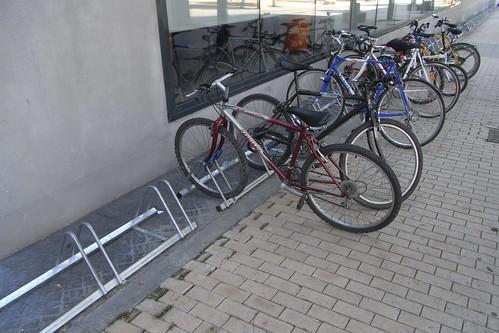 Aparcamientos para bicicletas en la puerta del gimnasio Go Fit.