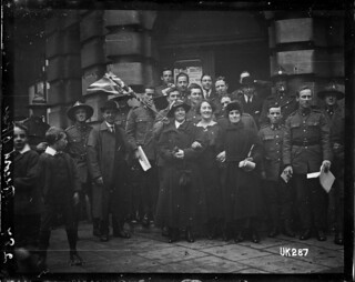 New Zealand soldiers and civilians in London at the end of World War I, 1918