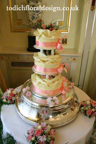 Wedding cake Table Flower Arrangements A beautiful wedding cake always
